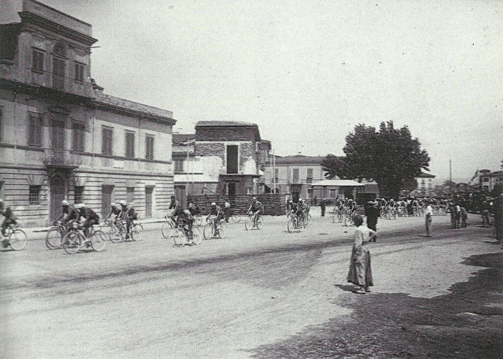 Viareggio - 1929 -  Passa il Giro d'Italia - sulla sinistra la Casa di Giovanni Pacini - Foto tratta da Nuova Viareggio Ieri - N.15-settembre 1995